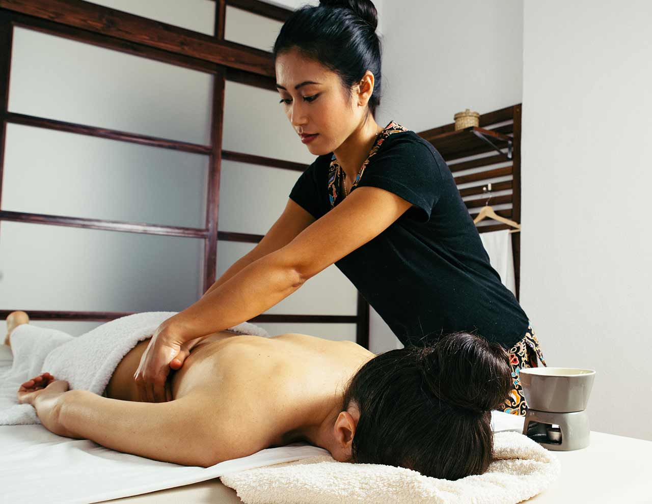Kiraku relaxing massage in Oriental massage center in Madrid
