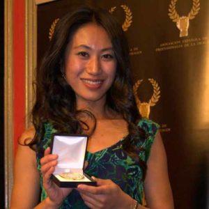 El centro de masajes en Madrid Kamiraku, representado por Mari Matsushita, recibiendo la medalla de Luxury Travel Guide a mejor centro de masajes en Madrid 2017.