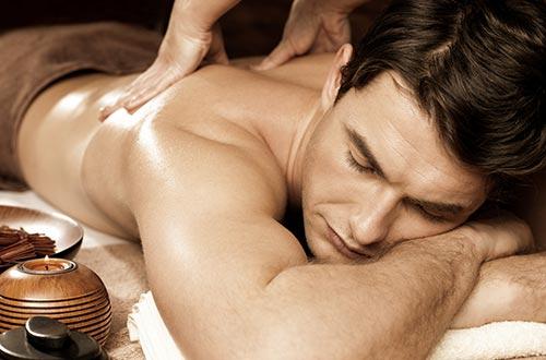 Las técnicas de relajación para gestionar el estrés mejor incluyen a menudo masajes relajantes.