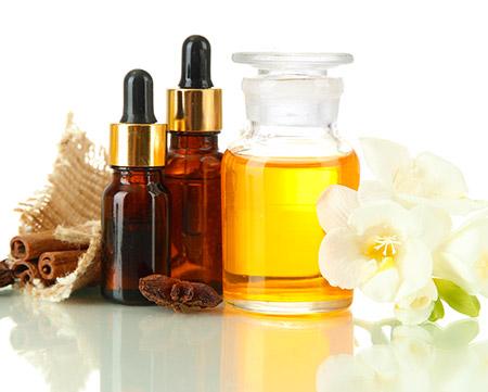 Aceites para masajes orientales: el aceite base de mezcla con gotas de los aceites esenciales concentrados.