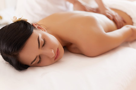 Cuáles son los principales efectos del masaje relajante: el alivio del estrés y el insomnio, la reducción del dolor, la mejora de los problemas digestivos...