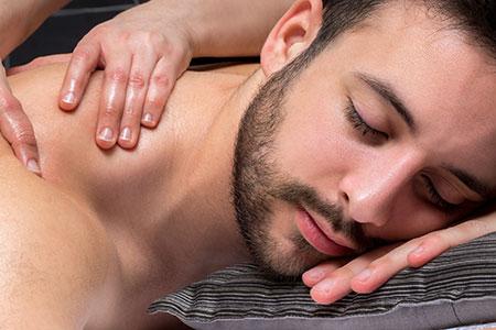 Los masajes relajantes con terapias orientales son una excelente medida para mantener a raya el estrés.