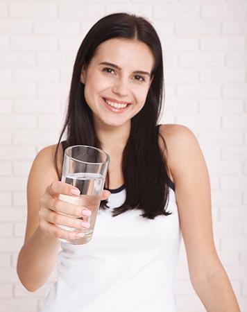 Beber agua después de tu cita en un centro de masajes es imprescindible para recuperar la hidratación perdida.