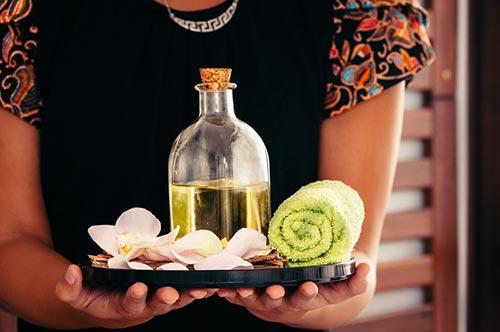 Las técnicas de masajes orientales que incorporan aceites son básicamente el masaje Lomi-Lomi, el masaje Thai Oil y el Ayurveda.