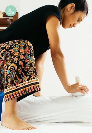 Entre las técnicas de masajes orientales que necesitan elementos auxiliares está el masaje con pindas.