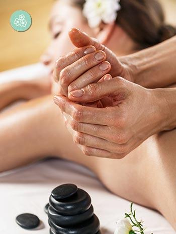 El masaje Lomi Lomi es una de las técnicas de masajes orientales nacidas en Hawai de la cultura huna.