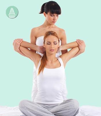 Técnicas de masajes orientales como el masaje thai, ideal para el dolor muscular.