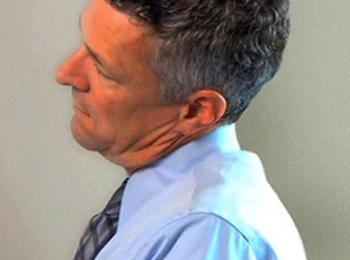 Ejercicios de estiramiento en la oficina movilizando el cuello.