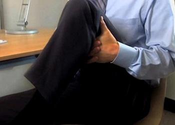 Ejercicios de estiramiento de piernas en la oficina.