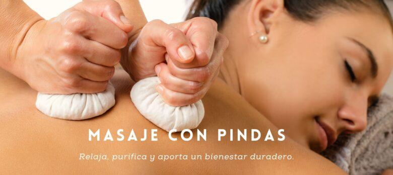 Mujer probando un masaje pindas en la espalda.