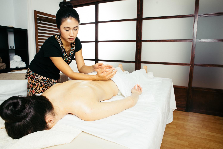 Relaxing massage Raku in Center of oriental massages in Madrid